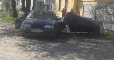 На вулиці Леонова автівку відкинуло на паркан