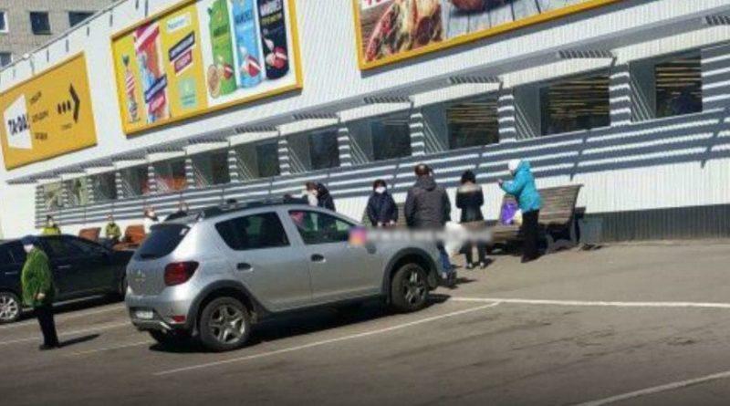 На Молодіжному біля супермаркету помер чоловік
